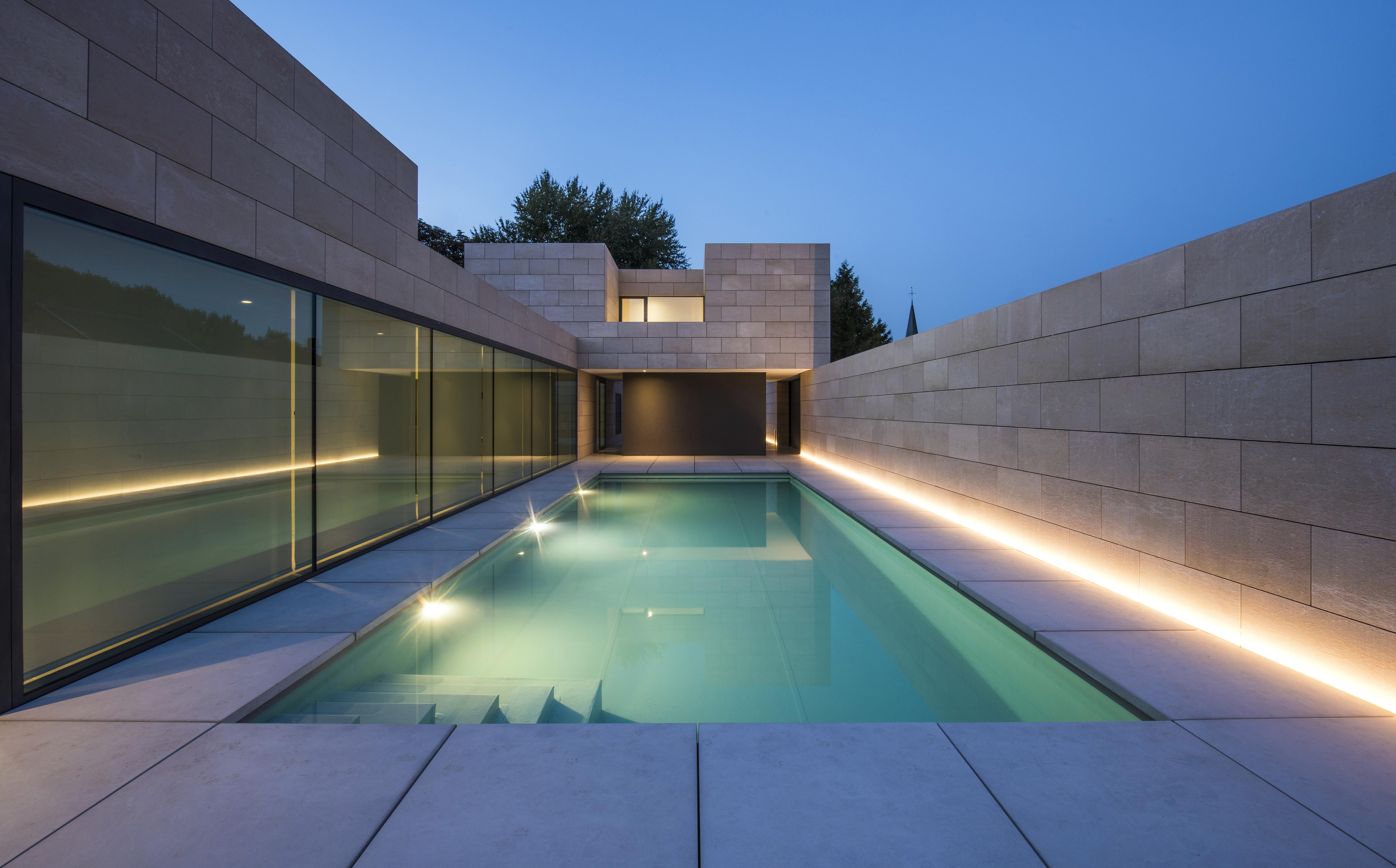 De nieuwste zwembadverlichting… TEGEN HET LICHT GEHOUDEN